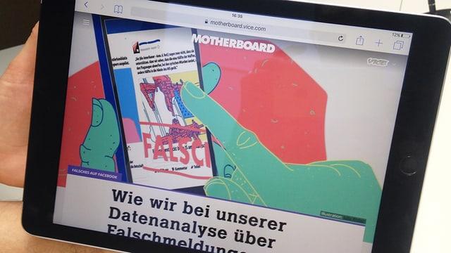 Ein Bildschirm zeigt den Artikel von Motherboard.de