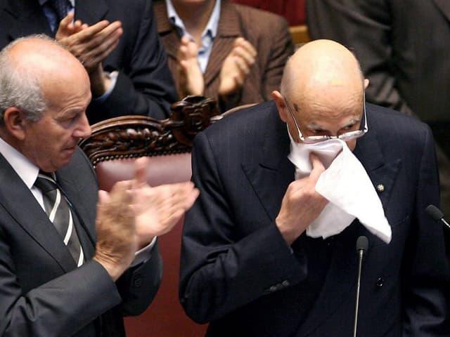Napolitano wischt sich am Rednerpult die Tränen vom Gesicht.