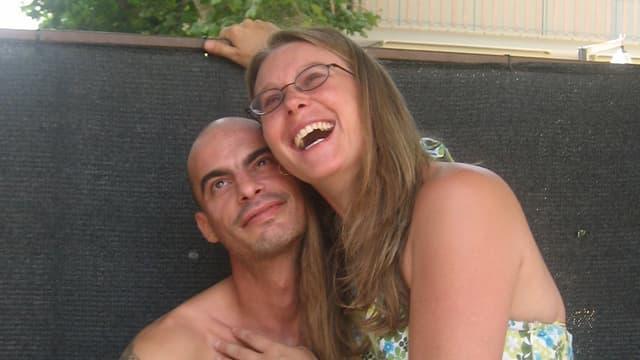 Nadine und Luigi lachen. Sie umarmt ihn.