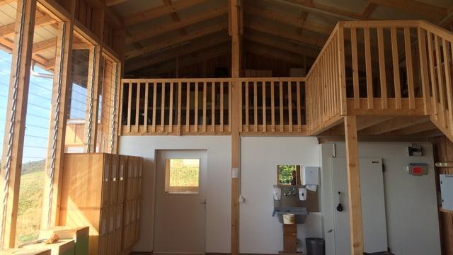 Das Bienenhaus von innen. Mit Holzbalken und grosser Fensterfront.