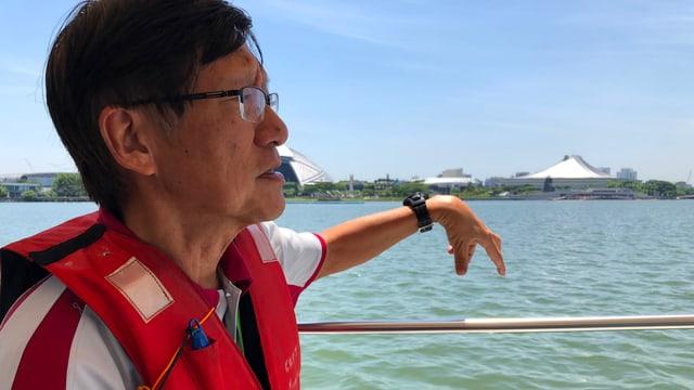 Eugen Heng auf einem Boot sitzend mit Schutzweste