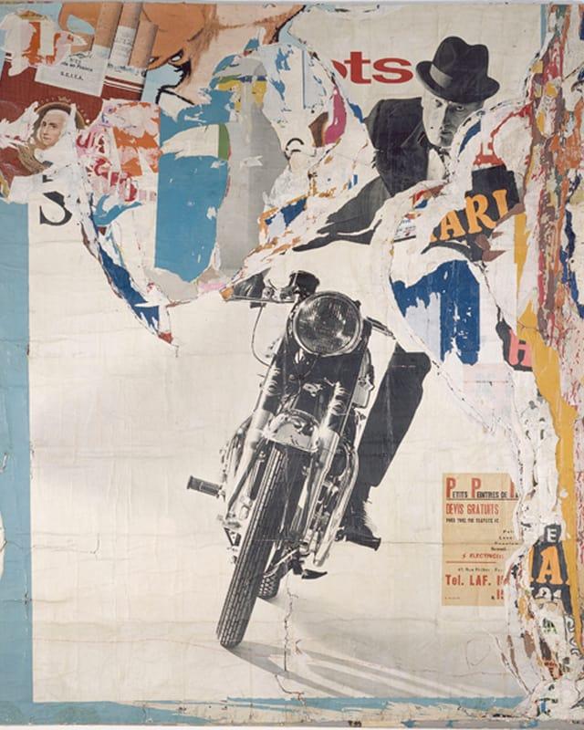 Das Bild zeigt übereinandergeschichtete Plakate, das oberste einen Motorradfahrer mit Hut.