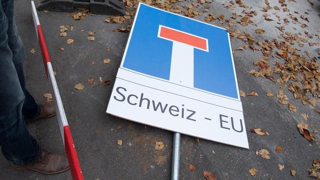 Ein Schild «Sackgasse» mit der Beschriftung «Schweiz – EU» liegt auf der Strasse.