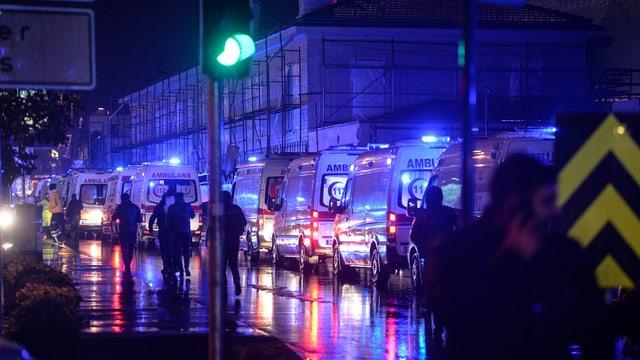 Purtret d'ambulanzas che stattan en colonna.
