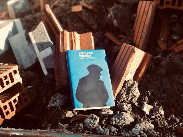 «Primitivo» von Pedro Lenz liegt auf einem Schutthaufen auf einer Baustelle