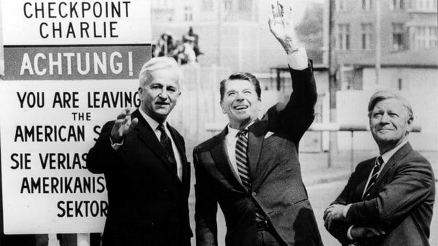 Richard von Weizsäcker, Ronald Reagan und Helmut Schmidt vor dem Checkpoint Charlie