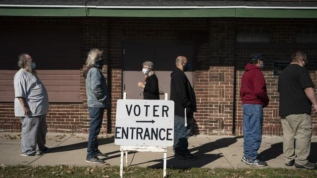 Stimmberechtigte in Wisconsin warten am 3. November 2020 in einer Reihe auf die Stimmabgabe.