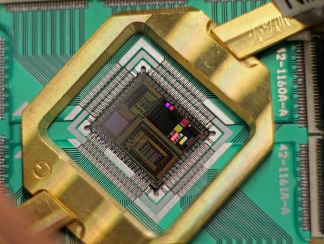 Der 512 Qubit Prozessor eines D-Wave Two Quantencomputers.
