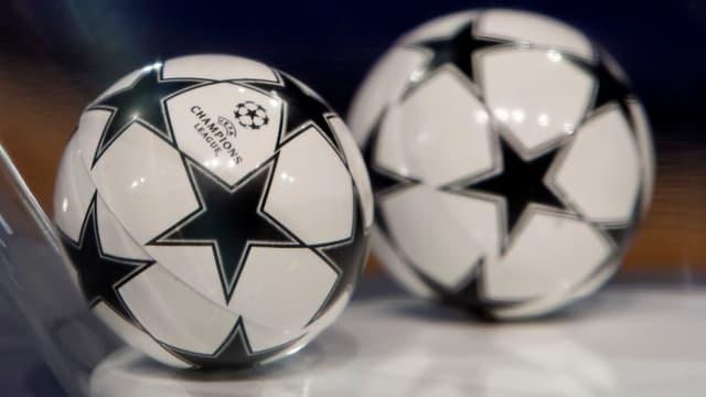ballas pitschnas cun si il logo da la Champions League