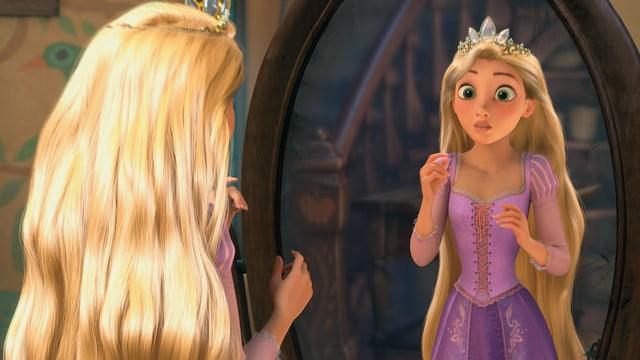 Eine Prinzessin betrachtet sich im Spiegel.