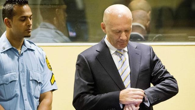 Jadranko Prlic schaut auf die Uhr