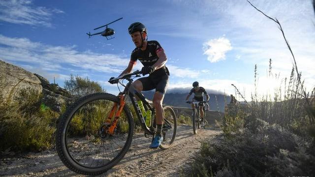 Zwei Mountainbiker auf der Strecke