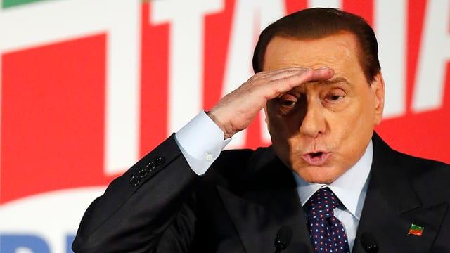 Silvio Berlusconi hält die Hand an die Stirn