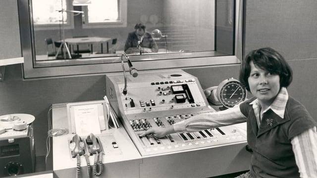 Maria Cadruvi che tschenta en reschia 1 dal radio, l'onn 1980.
