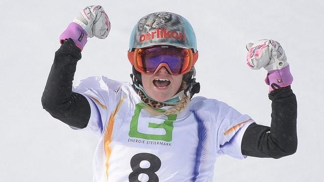 Julie Zogg jubelt nach ihrem Sieg im Parallel-Slalom
