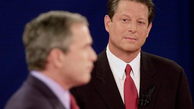 Al Gore beäugt George W. Bush kritisch.