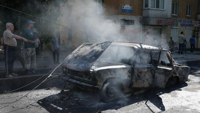 Ausgebrenntes Auto in Donezk