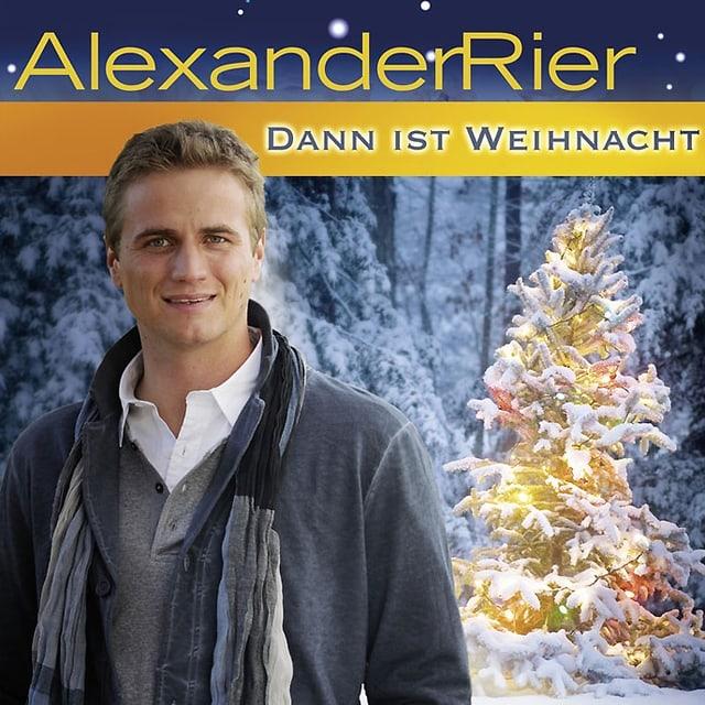 CD-Cover «Dann ist Weihnacht» von Alexander Rier. Der Sänger steht in einer winterlichen Landschaft vor einem beleuchteten Tannenbaum.
