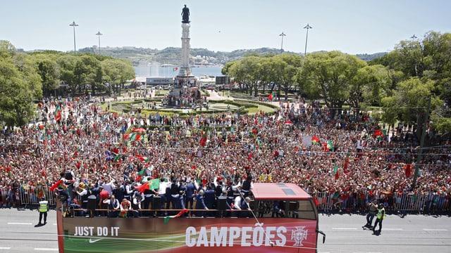 Ils giugaders portugais charreschan en in bus avert tras Lissabon.