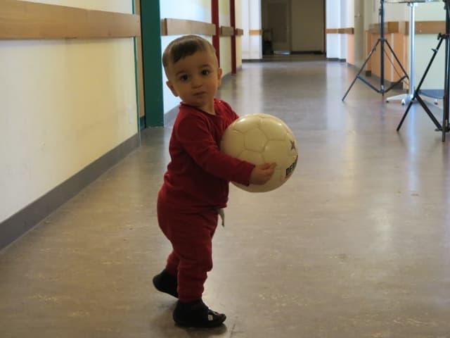Junge im Gang des Asylzentrums