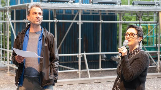 Il reschissur Stefan Camenzin e sia assistenta Ruth Feubli.