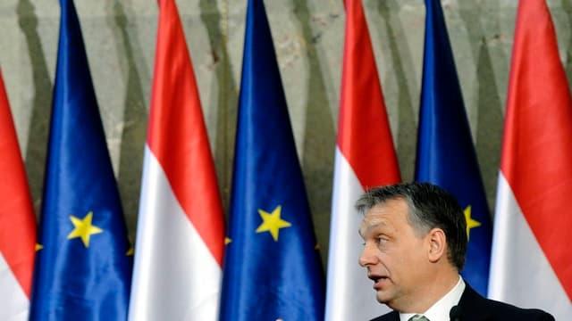 Orban vor EU- und Ungarn-Fahnen-