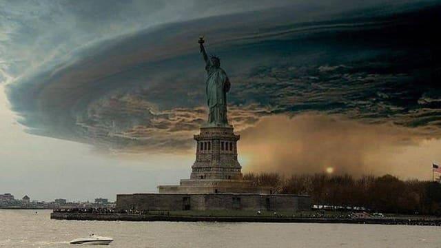 Auf dieser Bildmontage bricht ein heftiger Sturm über New York herein.
