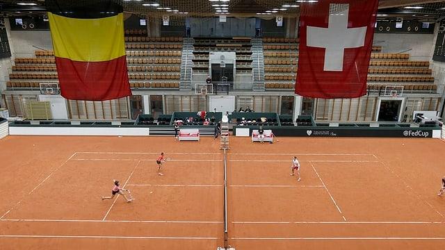 Blick in die Halle mit Sandboden und der Belgien- und Schweizerfahne.