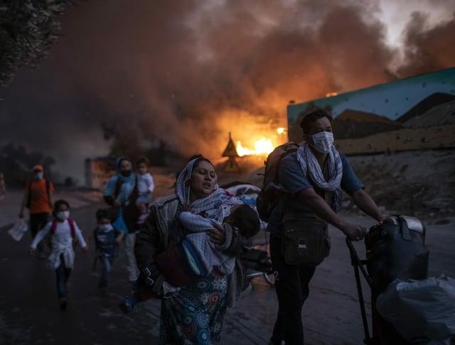Menschen flüchten vor Brand in Moria