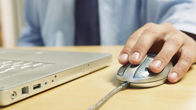 Hand auf einer Computermaus.