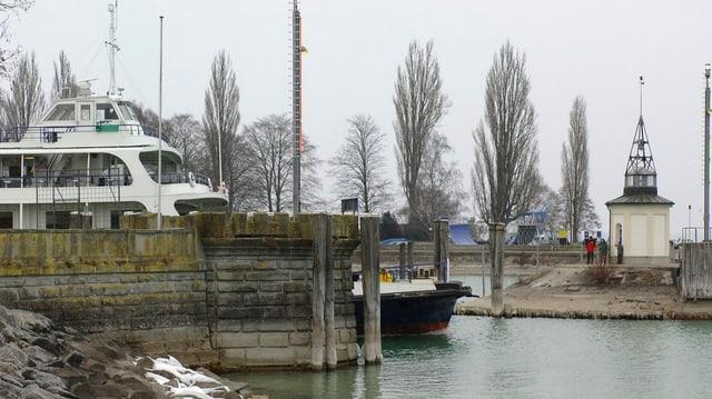 Eine Autofähre verlässt den Hafen von Romanshorn.