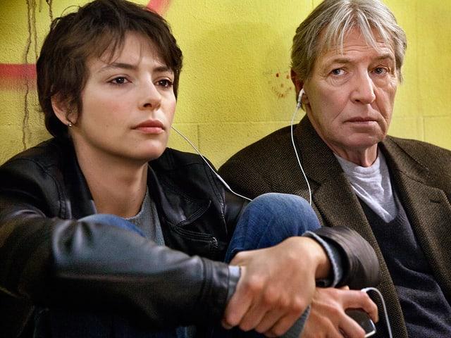 Hauptdarstellerin Jasmine Tinca und Hauptdarsteller Carlo Cecchi hören zuzsammen Musik aus dem iPod