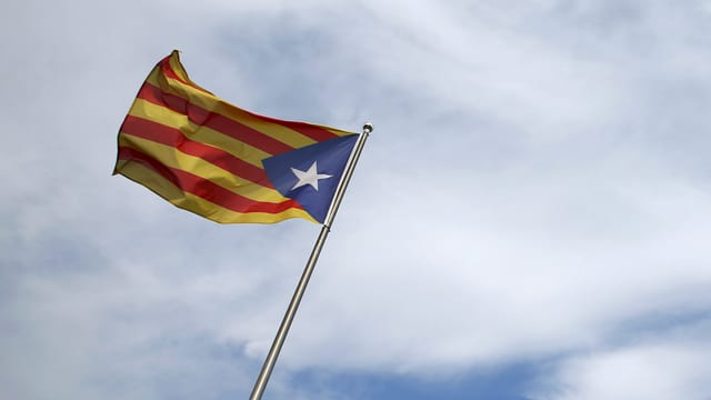 Eine Flagge der Unabhängigkeitsbewegung von Katalonien.