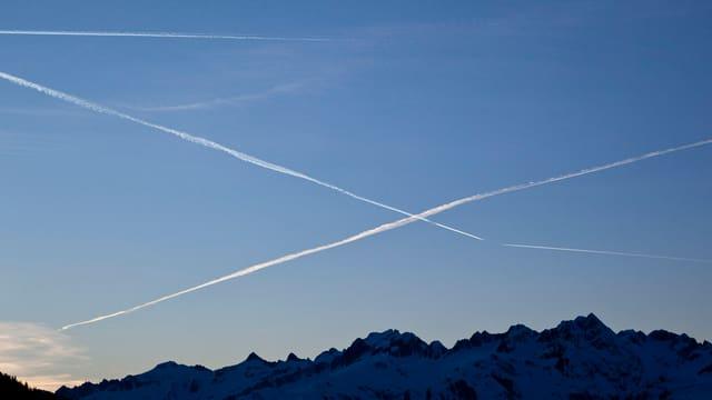 Kondensstreifen von mehreren Flugzeugen am Himmel.