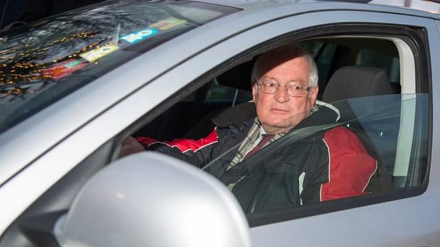 Richter Hans-Joachim Eckert sitzt am Steuer eines Autos.
