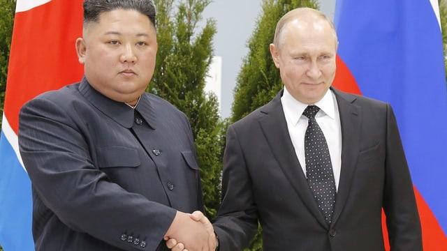 Kim Jong-un (l.) und Wladimir Putin reichen sich die Hand.