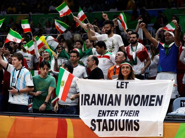 Darya Safai hält ein Transparent in die Kameras: «Let Iranian Women enter their Stadiums».