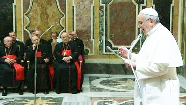 Ppast Franziskus bei seiner Weihnachtsansprache zu den sitzenden Kurienmitgliedern.