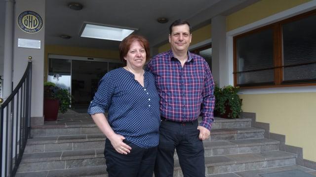 Heike e Peter Ladurner avant lur hotel Zimba a Schruns.