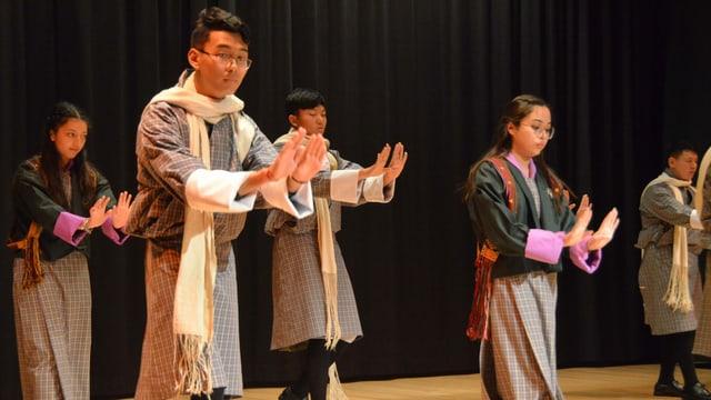 In der Aula der Kantonsschule Alpenquai gaben die buthanesischen Jugendlichen Einblicke in ihr Land. Da gehörte auch eine Tanzvorführung dazu.