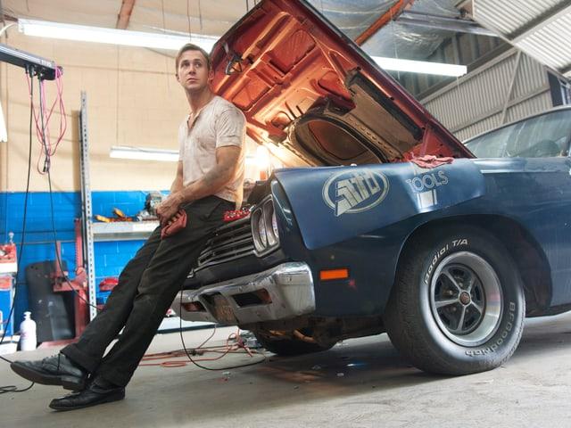 Ryan Gosling lehnt an ein Auto. Ein Ausschnitt aus dem Film «Drive».