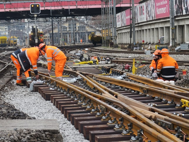 Bis zu 30 Bauarbeiter sind gleichzeitig auf dem Gleisfeld unterwegs.