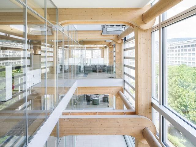 Holzelemente im Treppenhaus des Tamedia-Gebäudes des japanischen Architekten Shigeru Ban in Zürich.