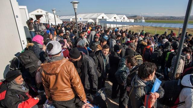Flüchtlinge und Migranten warteten gestern an der griechisch-mazedonischen Grenze zum Eintritt in die EU.