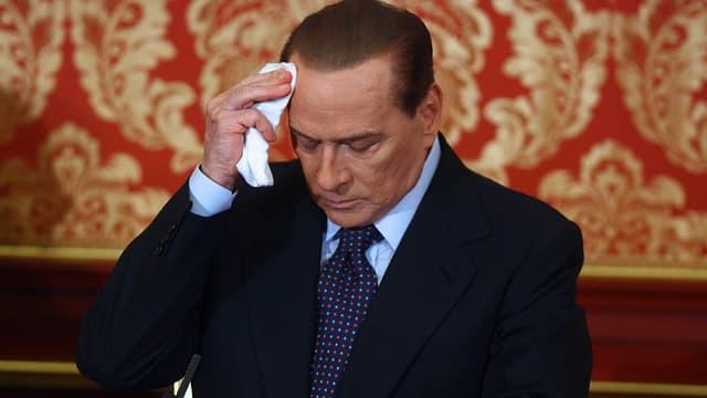 Berlusconi tupft sich Schweiss weg