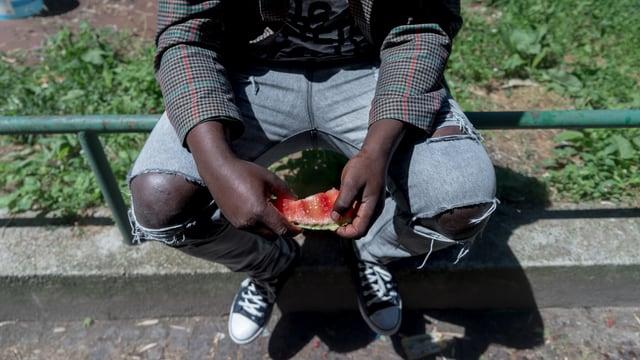 In um nair mangia ina melona