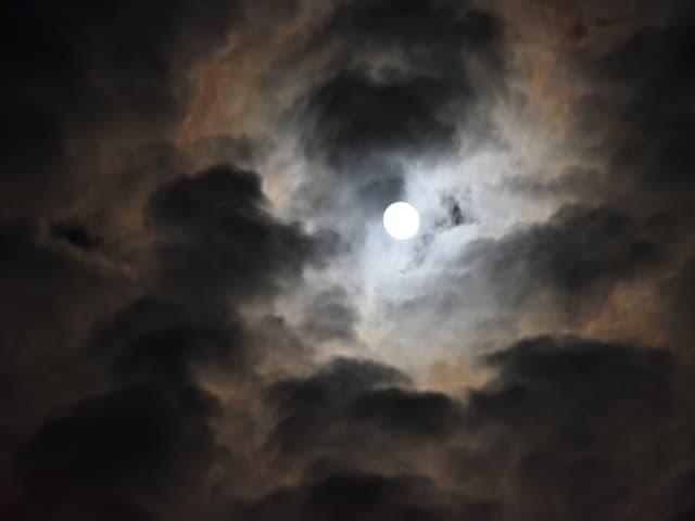 Schwach erkennbarer Schein um den Mond