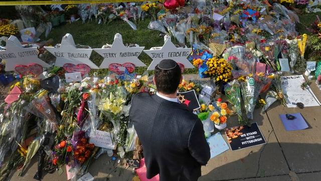 Trauernder am Grab der Opfer des Anschlags.