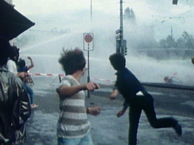 Zürcher Jugendunruhen der 1980er-Jahre: Strassenschlacht mit Wasserwerfer.
