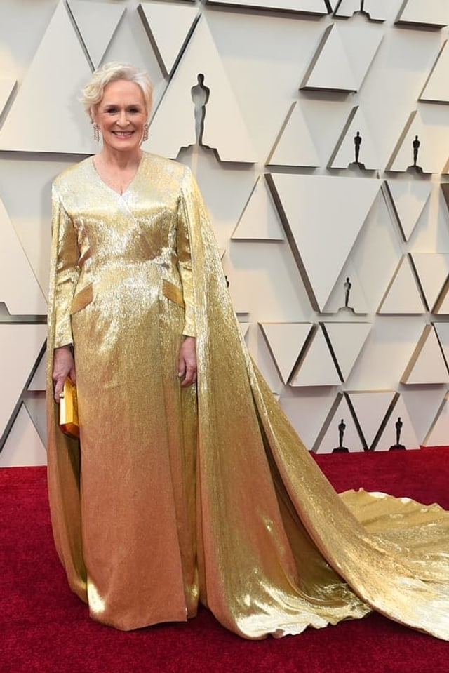 Glenn Close in einer goldenen Robe